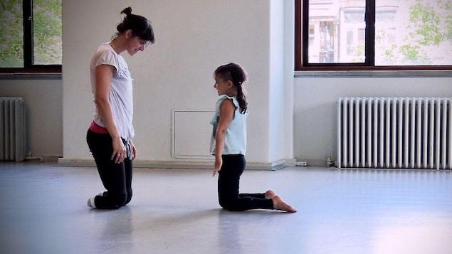 Une mère et sa fille dansent ensemble. La mère a les deux jambes amputées.