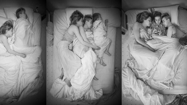 Des gens dorment dans un lit.