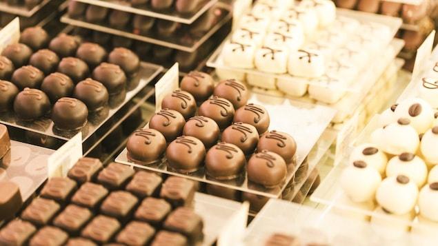 Gros plans sur des bonbons en chocolat.