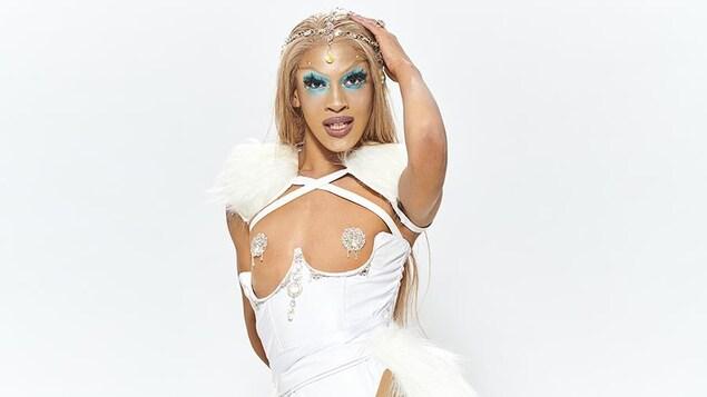 Une drag queen pose devant la caméra.