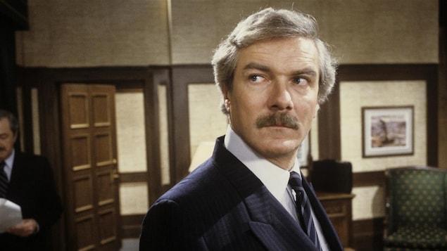 Michel Dumont en veston-cravate dans le téléroman <i>Monsieur le ministre</i>.