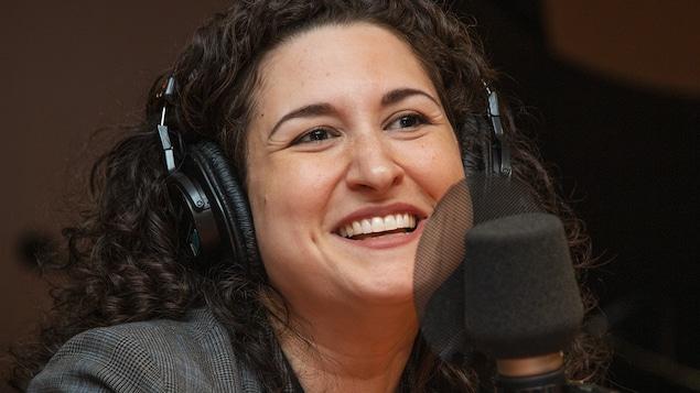 Émilia Liana Falcone au micro de Stéphan Bureau.