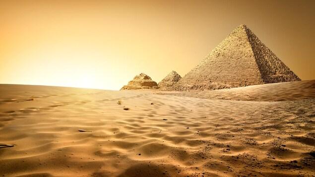 Vue sur les pyramides depuis le désert égyptien.