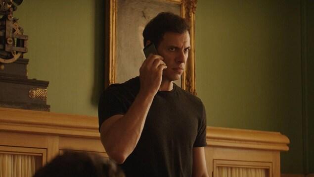 Laurent Laffitte discute au téléphone, la mine grave, dans cette photo tirée du film <i>L'heure de la sortie</i>, de Sébastien Marnier.