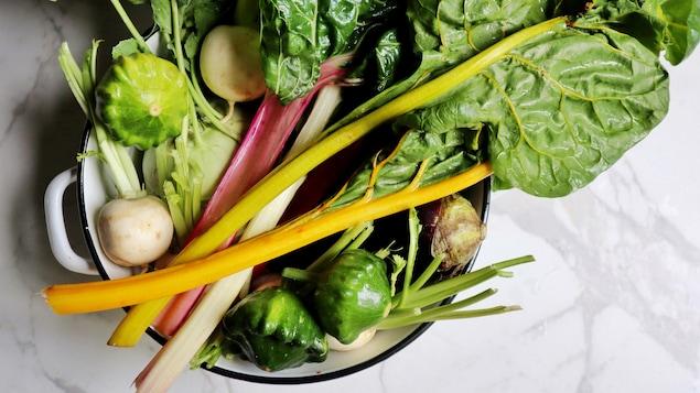 Vu du haut de tous ces légumes dans un grand saladier.