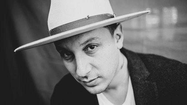 Portrait de lui portant un grand chapeau.
