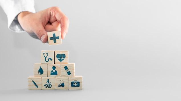 Petite pyramide de blocs à l'effigie des besoins en santé.