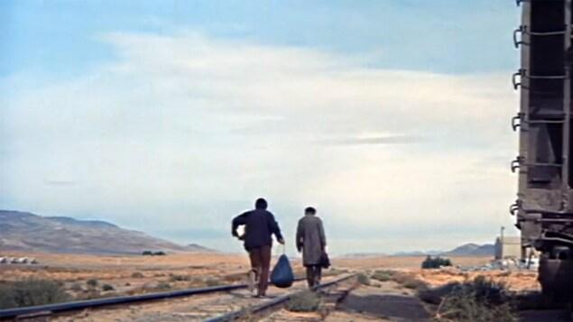 Gene Hackman et Al Pacino longent des rails de train dans le désert dans cette photo tirée du film <i>Scarecrow</i>, de Jerry Schatzberg.