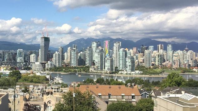 Vue sur Vancouver où des immeubles se dressent sur la ligne d'horizon.