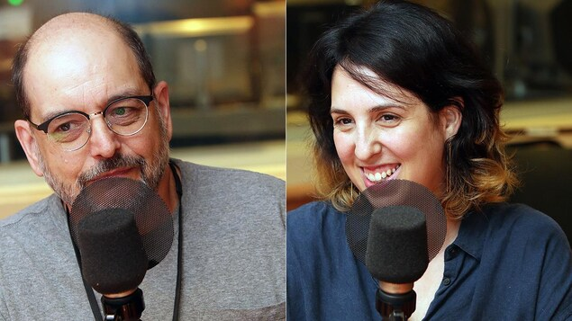 Un homme et une femme qui sourit sont devant un micro.