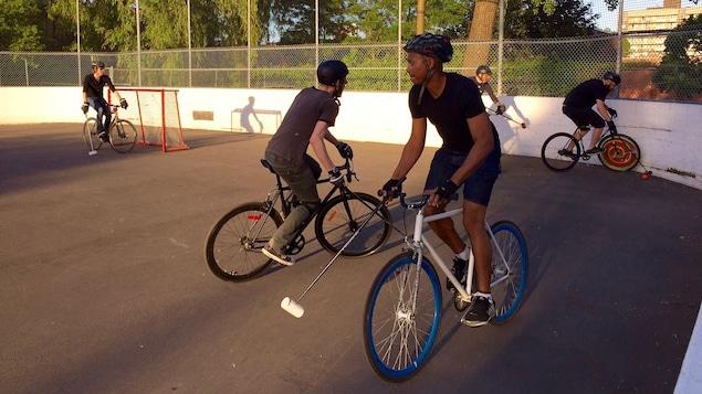 Des joueurs de «bike polo» dans un parc de Montréal