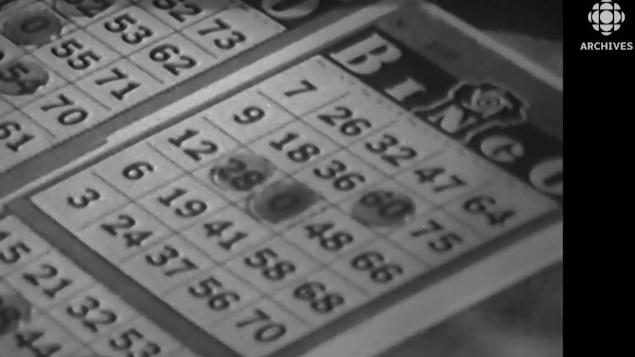 Deux cartes de bingo en gros plan en noir et blanc