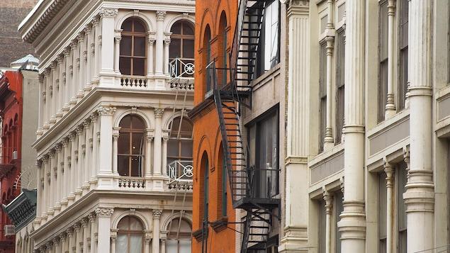 Des lofts dans une ville.
