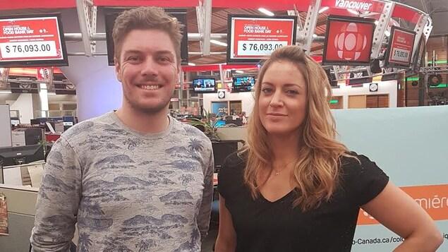 Un homme et une femme sont photographiés dans une salle de nouvelles.