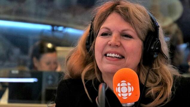 Brigette Alepin souriant dans un studio de radio.