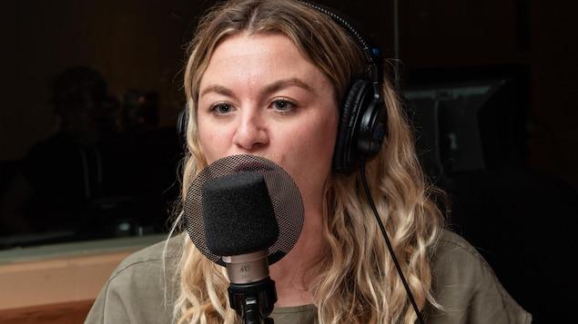 La blonde chanteuse explique sa pensée à l'animatrice.