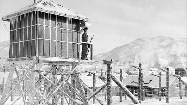 Un garde dans une tour d'un des camps de prisonniers en Alberta.