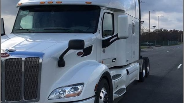 Un camion de transport blanc.
