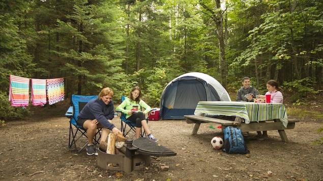 Une famille en camping.