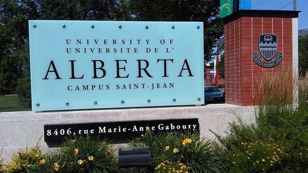 Une affiche identifiant le Campus Saint-Jean.