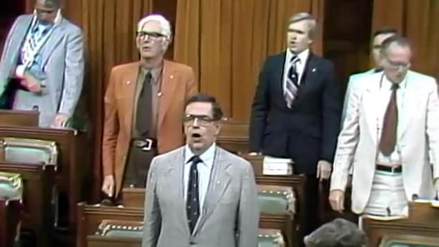 Des députés entonnent l'Ô Canada lors de son adoption par la Chambre des communes le 27 juin 1980.