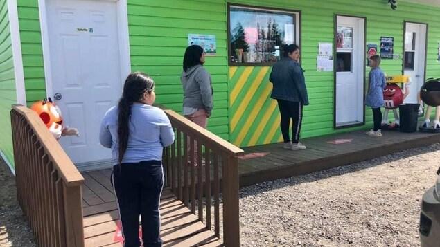 Des clients attendent de commander à la Cantine Chez Nat de Longue-Pointe-de-Mingan.