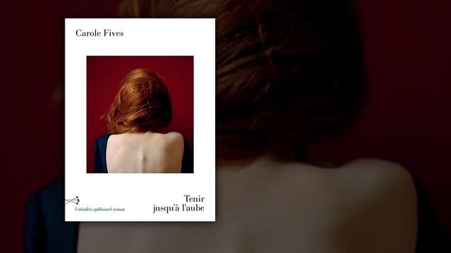 Une photographie d'une femme au dos dénudé.