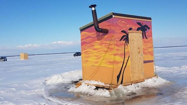 Une cabane de pêche à l'éperlan très colorée