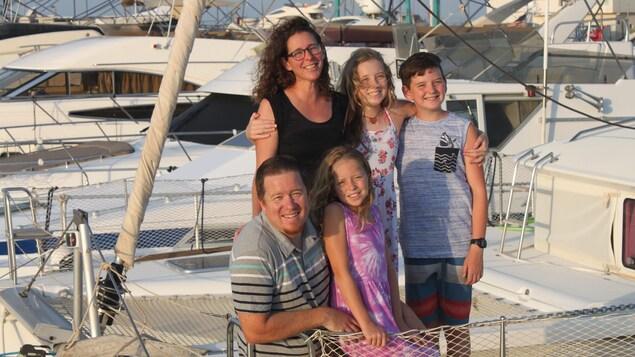 Une famille se tenant debout sur un bateau
