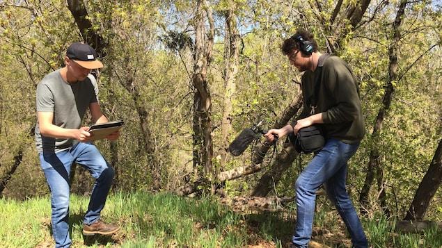 2 ingénieurs du son font des enregistrements dans la nature