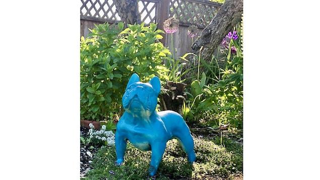 Une sculpture canine de Joël A. Prévost dans le jardin de son studio à Nanaimo (C.-B.).