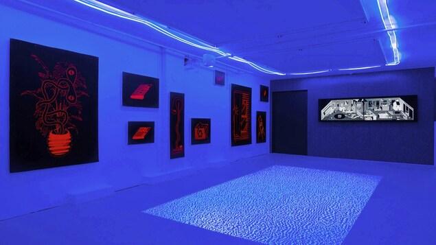 des oeuvres numériques en bleu et rouge
