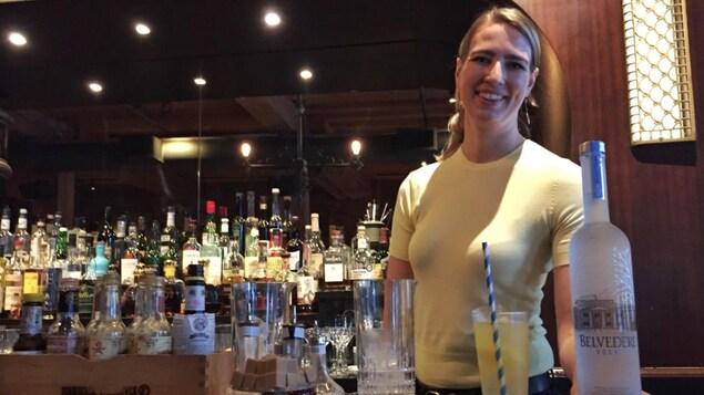 une femme dans un bar à cocktail