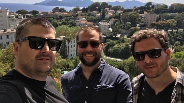 """Un auto-portrait des trois réalisateurs du court-métrage """"The Challenging"""", avec la ville de Cannes en arrière-plan."""