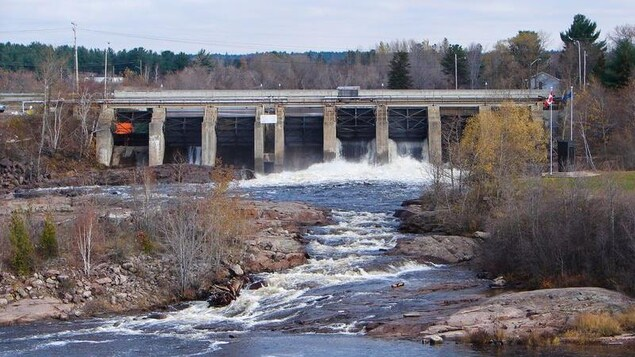 Le barrage hydroélectrique de Sturgeon Falls en action.