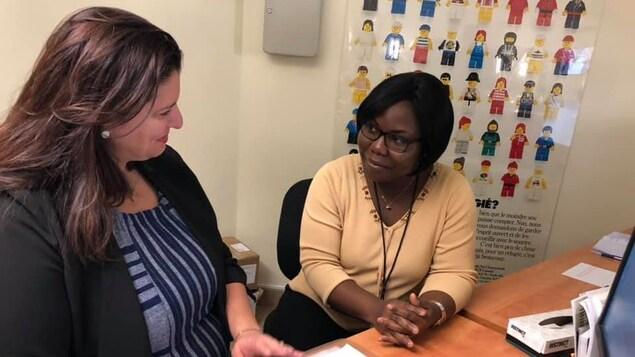 Dans un bureau, deux femmes discutent