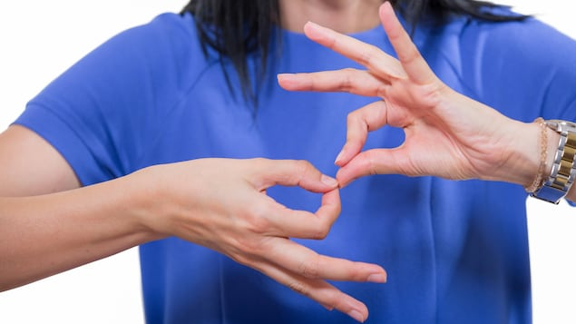 Une femme utilisant la langue des signes.