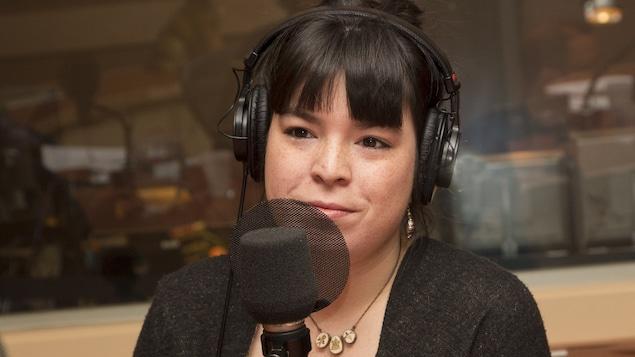 Natasha Kanapé-Fontaine au studio 18 de Radio-Canada, à Montréal, le 9 mai 2016.