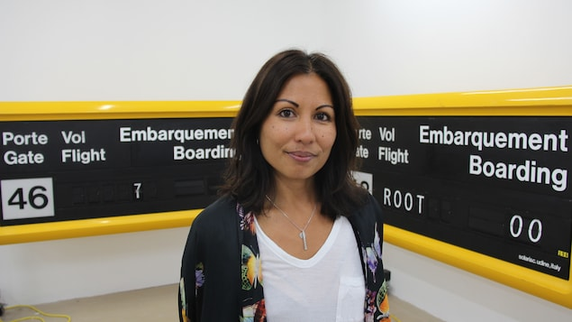 L'artiste Cheryl Sim et une partie de son exposition sur l'aéroport de Mirabel