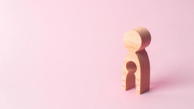 Une figure de bois qui a un trou au niveau du ventre.