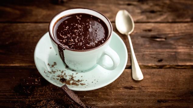 Une tasse de chocolat chaud à l'ancienne.
