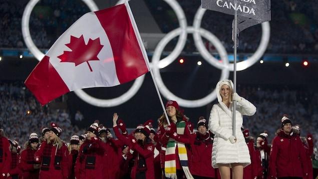 Clara Hughes, porte-drapeau aux Jeux de Vancouver en 2010.