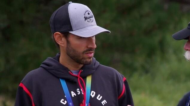 Dominic Thibault portant un casquette.