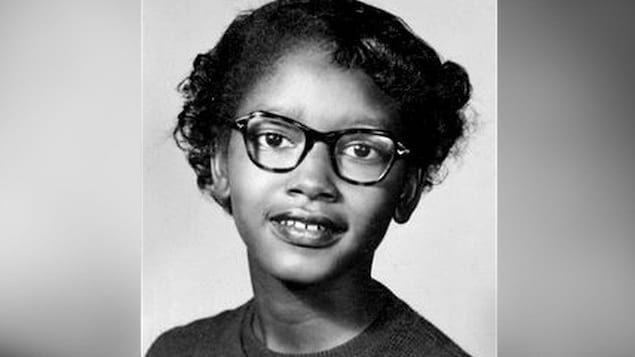 Une jeune femme portant des lunettes.