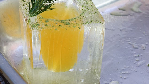 Un cocktail dans un verre de glace