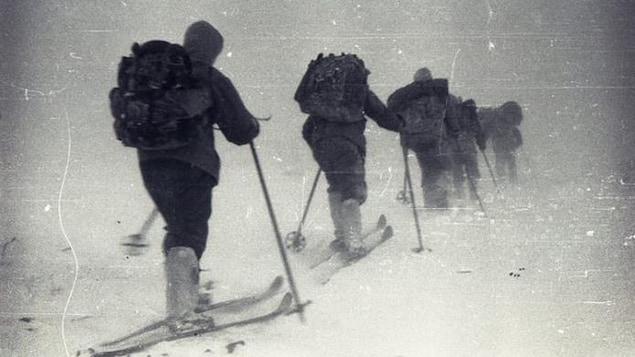 Des skieurs dans la neige en randonnée.