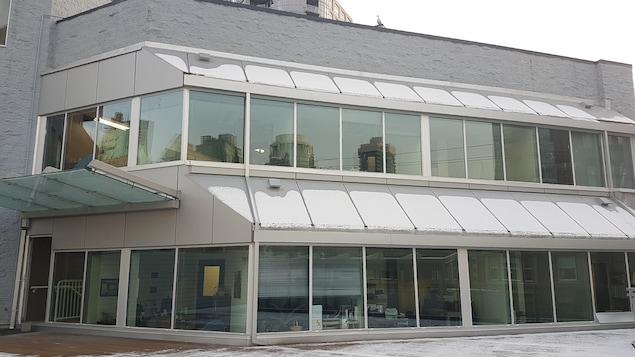 Un grand édifice gris