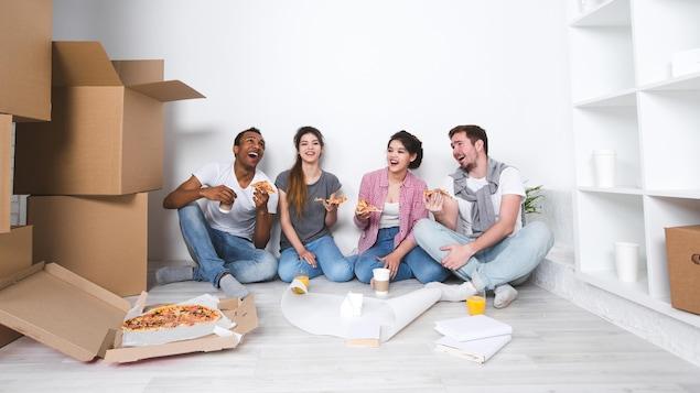 Des locataires mangent ensemble de la pizza.