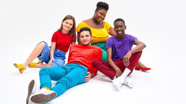 Quatre adolescents rassemblés portant des vêtements très colorés