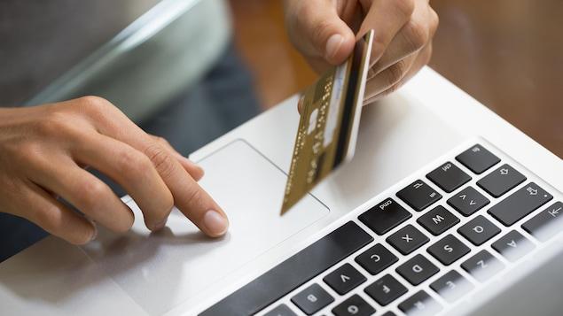 Une femme fait un achat en ligne.